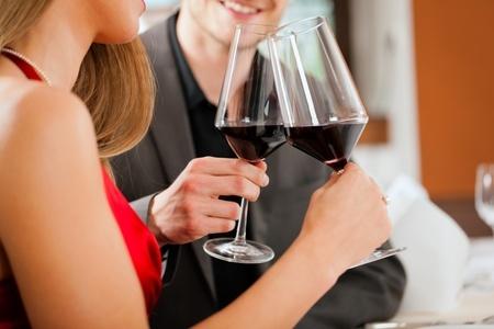Weinprobe Rotwein Mann und Frau